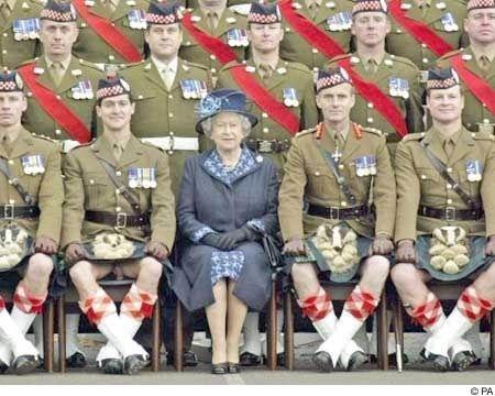 Click για να την δείτε σε μεγάλο μέγεθος  ==============  Καλοί οι σκωτζέζοι αλλά... ..πρέπει να μάθουν να κάθονται με φούστα...! Λέξεις Κλειδιά: quilt queen elisavet england